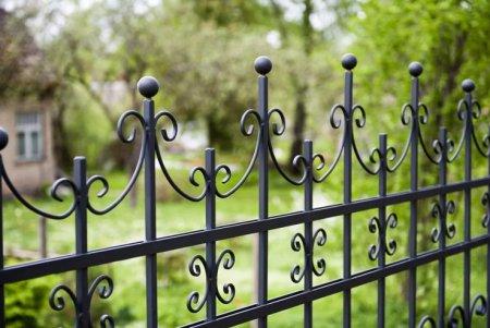 Как установить декоративный металлический забор?